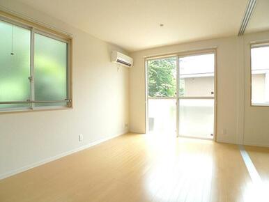 【LDK】人気のある角部屋タイプのLDKには2面に窓があり、日当たりと風通しが良好です♪もちろんエア