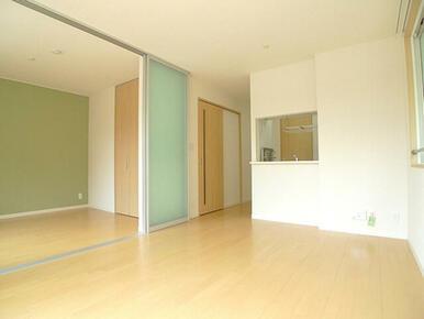 【LDKと洋室】半透明のスライディングスクリーンで仕切る事で2部屋を別々に使う事もできます♪また洋室