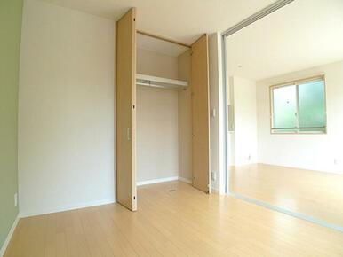 【洋室】先ほどの洋室を別角度から撮影しました。この部屋にも天井高の収納があります☆
