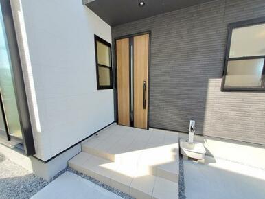 1号棟:玄関 玄関が暗くならないよう、光が入るようデザインされた玄関ドアを採用!