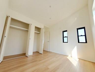 1号棟:洋室 窓からのやさしい光が心地よいプライベートルーム。