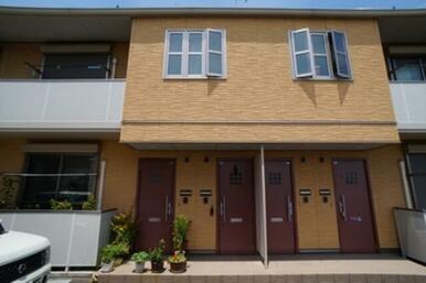 建物中央に配置されている2階のデザインサッシが印象的。全4戸の玄関が1階に並ぶ重層タイプです。