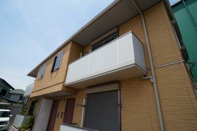 テラス・バルコニーは風通しの良いパンチングタイプです。2階の屋根が大きくかぶる親切設計です。