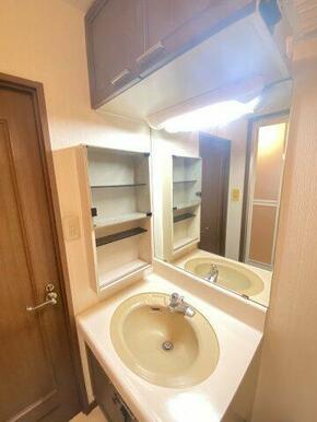 ☆洗面台は上部にも収納があるのでタオル・洗剤等収納できますよ☆
