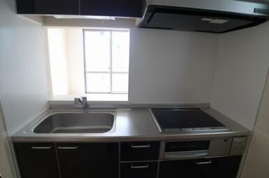 キッチンは鏡面仕上げのブラックカラーです。 熱効率が高く、安全性にも配慮したIHクッキングヒーター採