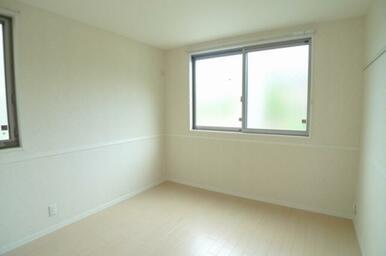 2つの窓がある5.8帖洋室です!