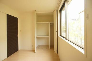 北側洋室にも天井高サイズの収納があります◆窓は腰高サイズです。