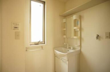 脱衣洗面所には洗面化粧台を装備しています◆右手前は洗濯機置き場です。