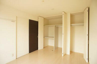 南側洋室には天井高までの収納が大小2サイズあります。