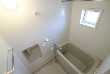 バスルーム/窓があり明るく換気しやすいです
