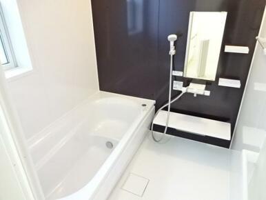 【浴室同仕様写真】 ゆったりと足が伸ばせる、1.0坪のユニットバス!※色味が異なります