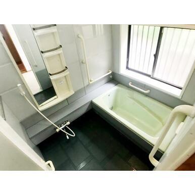 広々とリラックスできる浴室。