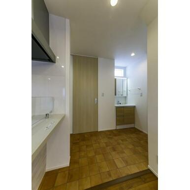リビングに隣接した浴室と洗面台。使いやすさを重視している間取りなので家事の効率もあがります!
