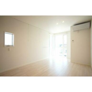 ◆LDK(13.7帖)◆エアコン1台、全部屋照明付きで初期費用を浮かせることができます♪部屋の角にあ