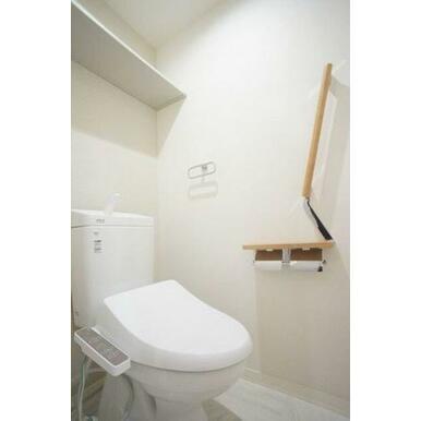 ◆暖房洗浄便座付きトイレ◆収納棚、手すり、タオル掛け付きです♪