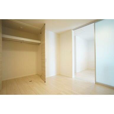 ◆洋室(5.3帖)◆ハンガーパイプ付きクローゼットがあり、収納も楽チンです☆
