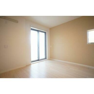 ◆洋室(5.4帖)◆窓が二つあり、光が差し込む明るいお部屋となっております♪