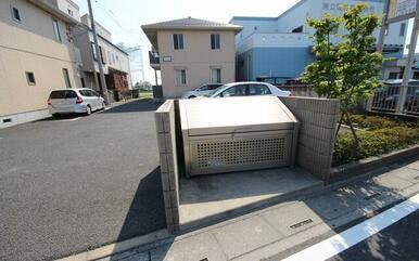 敷地内ゴミ置き場があるので、ゴミ捨て場所が近くて便利☆