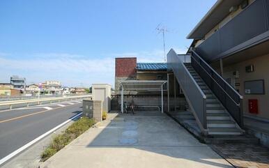 共用の屋根付き駐輪場・敷地内駐車場がございます☆
