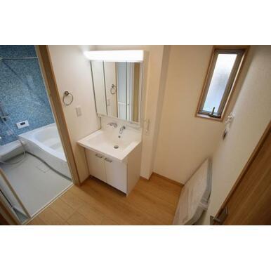収納付き三面鏡が設置されている洗面台。