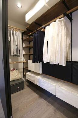 【魅せる収納】収納力豊富なウォークインクローゼットでは、洋服や備品類を収納することができます。