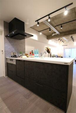 幅広のキッチンで、料理もしやすく、カウンターでご飯を食べることもできます。