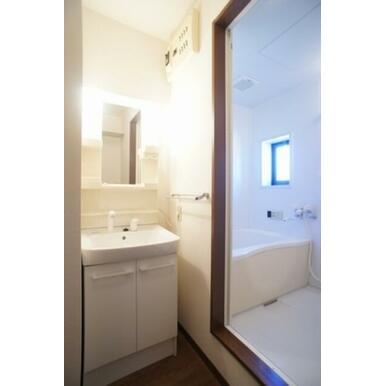 ☆洗面所~浴室☆独立洗面化粧台や洗濯機置き場、タオル掛けなど備えております☆