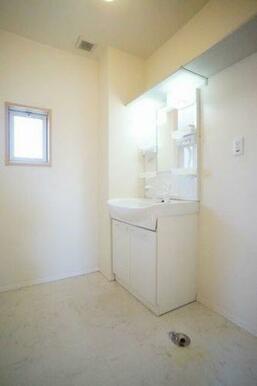 ◆洗面所◆洗髪洗面化粧台はシャワー付きで、扱いやすいです!室内洗濯機スペース、収納棚、タオル掛け付き