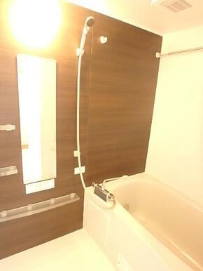 追焚き・浴室乾燥機付きのバスルーム(※同タイプ参考写真)