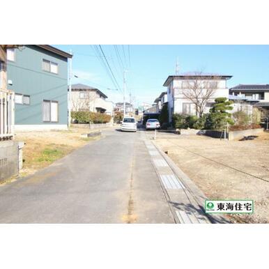 前面道路写真。北西側に公道約4m。