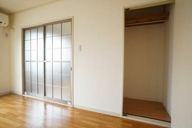 1部屋目の洋室には収納も付いています。