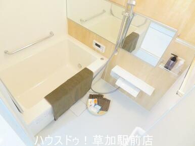 浴槽に手すりが付いているので、お年寄りの方も使いやすくなっています!