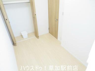 収納付き3.7帖の洋室です!床はフローリングなのでお掃除も楽々です♪