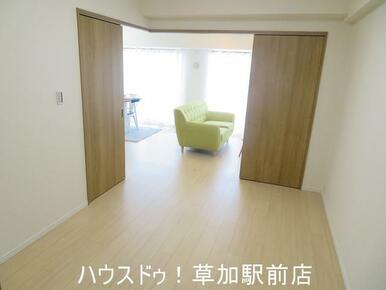 リビングと間続きになっている収納付き6帖の洋室です!床はフローリングなのでお掃除も楽々です♪