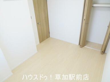 収納付き5.2帖の洋室です!床はフローリングなのでお掃除も楽々です♪
