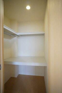 お部屋をスッキリ広く使えるウォークインクローゼット付です♪ 収納棚、ハンガーパイプも付いてます。