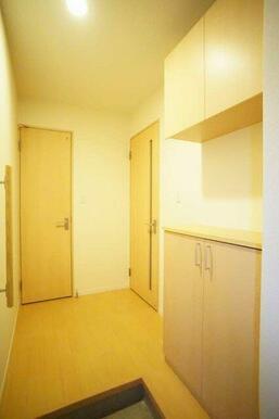 上下セパレートタイプのシューズBOX、手すり付の玄関ホールです。