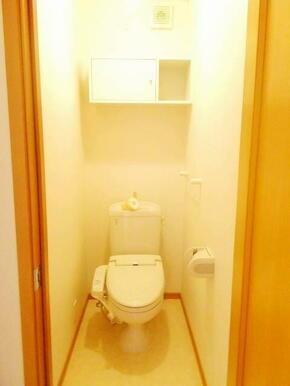 あると嬉しい温水洗浄便座☆棚、タオルハンガー、トイレットペーパーホルダーもついています☆