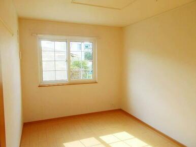 6帖の洋室です。クローゼットがあるので広々使えます♪
