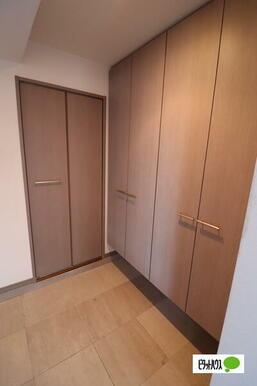 玄関収納は充実!スペースも広々!
