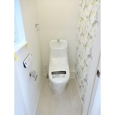 【トイレ同仕様写真】 節水、オート洗浄機能付!エコで衛生的なトイレ!※壁紙が異なります。