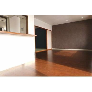 エコカラットを一面に使用した作りです。 きれいな空気と暮らしをつくる壁材です。快適な湿度に保とうとす