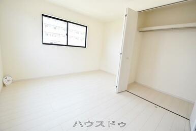7.0帖の洋室ですよ♪収納スペースがあるので、季節物などがスッキリと片付きそうですね♪お部屋の家具…