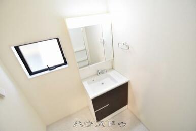 洗面台ですよ♪三面鏡の裏は収納になっていますよ♪洗面台周りがスッキリと片付きそうですね(*^^*)