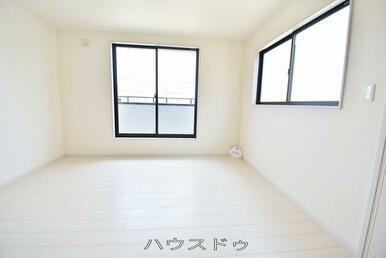 6.0帖の洋室ですよ♪窓が2ヶ所あるので日差しでお部屋が明るい雰囲気になりそうですね♪