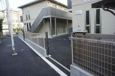 アパート敷地への入り口には門扉が付いているので安心です。