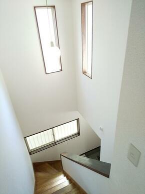 階段部分は吹き抜けになっており、天井高。