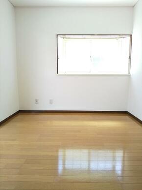 2階・2面採光 6帖の洋室