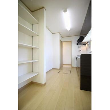 便利な収納付きのキッチン。買い置き品や調理器具も収納可能!