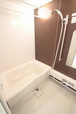 浴室もアクセントカラーが入っておりオシャレな演出をしております☆シャワーの位置も自由に操作できサーモ